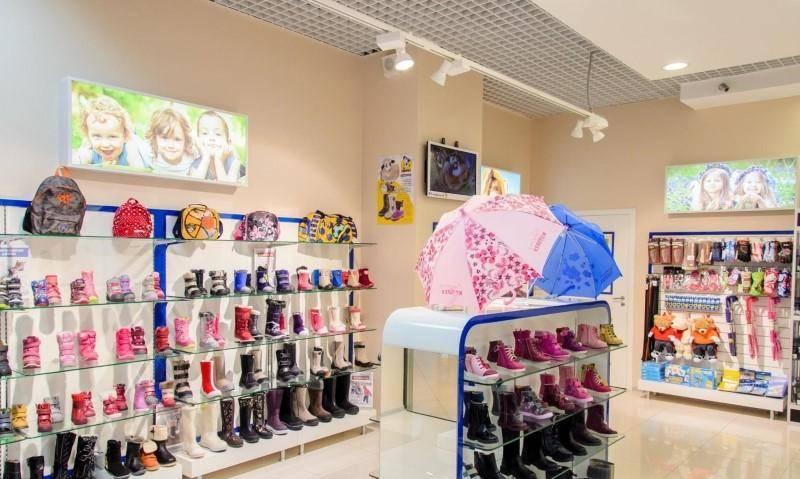 Ассортимент детского обувного магазина.