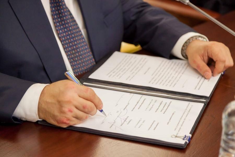 Кто имеет право поставить первую и вторую подпись на официальной документации?
