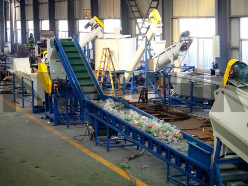 Оборудование для переработки пластиковых бутылок.